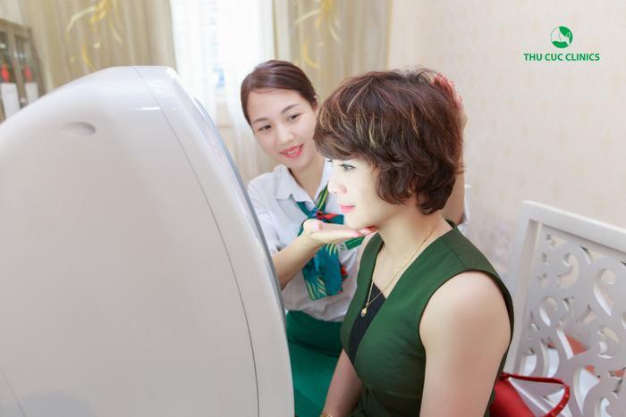 Chủ động thăm khám, soi da để xác định tình trạng, tư vấn giải pháp cũng như liệu trình điều trị là bí quyết giúp trị khỏi nám da hoàn toàn, tiết kiệm thời gian, chi phí