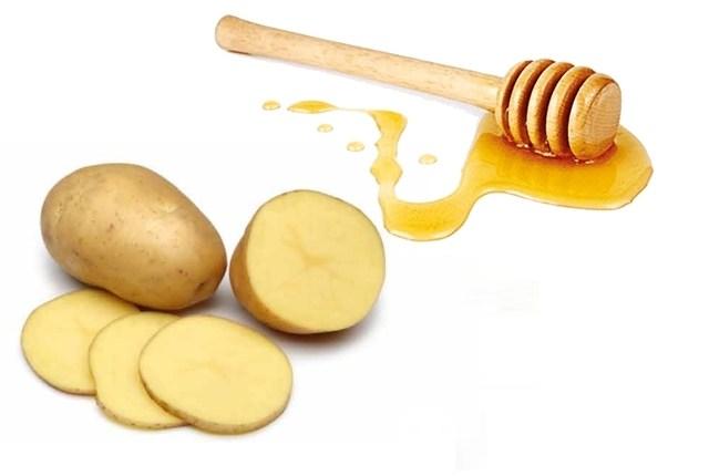 Sự kết hợp giữa khoai tây và mật ong cũng là một trong những cách triệt lông bằng khoai tây đơn giản, tiết kiệm chi phí mà chị em nên áp dụng tại nhà