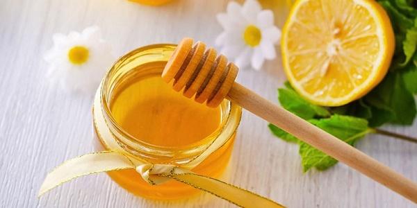 Kết hợp mật ong và nước cốt chanh tươi sẽ giúp thổi bay đám vi-ô-lông đáng ghét nhanh chóng.