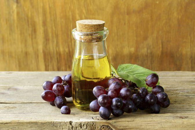 Cách chữa trị bệnh viêm nang lông bằng dầu hạt nho được áp dụng rất phổ biến ngay tại nhà.