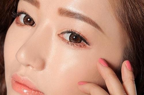 Kỹ thuật điêu khắc lông mày sử dụng mực phun xăm được nhập khẩu từ Mỹ và Hàn Quốc nên rất an toàn cho da.