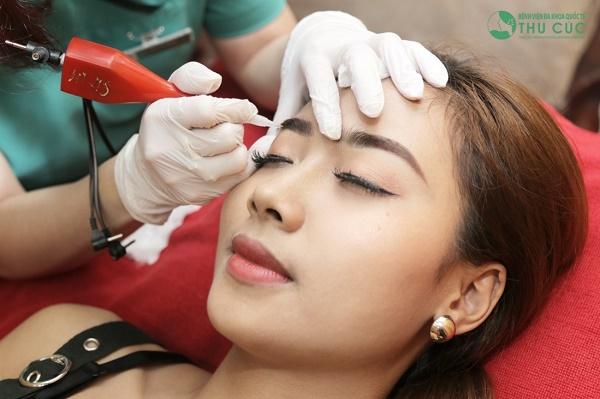 Quy trình điêu khắc lông mày được thực hiện với quy trình thực hiện khoa học, không xâm lấn thời gian nghỉ dưỡng.