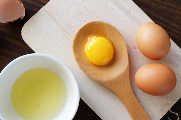 Hỗn hợp trứng gà giúp tẩy lông mặt và làm mờ nám sạm trên da rất hiệu quả.