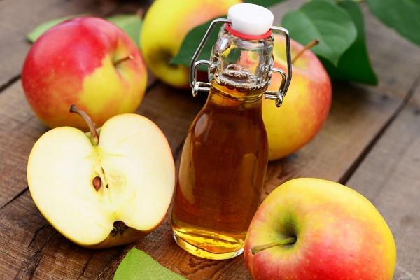 Hỗn hợp giấm táo và dầu oliu giúp làm mờ nám da mà còn tẩy tế bào da chết, se khít lỗ chân lông hiệu quả.