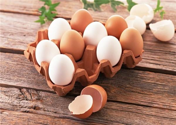 Lòng trắng trứng gà có chứa một lượng lớn vitamin B6, B12, B2... có tác dụng mang lại làn da tươi sáng, mịn màng.