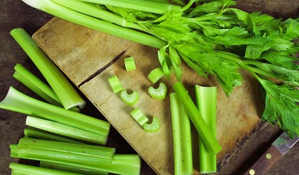 Lá rau má khi kết hợp với rau cần tây còn giúp làm mờ đốm tàn nhang nhanh chóng.