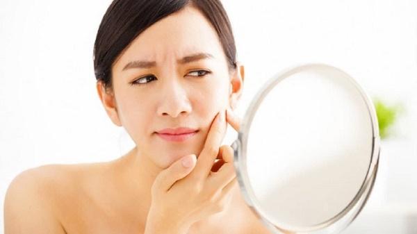 Xông hơi da mặt sẽ giúp các nhân mụn trồi lên, giúp cho quá trình nặn mụn diễn ra dễ dàng hơn.