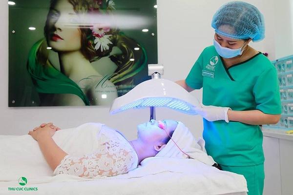 Thu Cúc Clinics đang ứng dụng phương pháp trị mụn bằng công nghệ Blue Light, giúp loại bỏ mụn tới khoảng 95%.