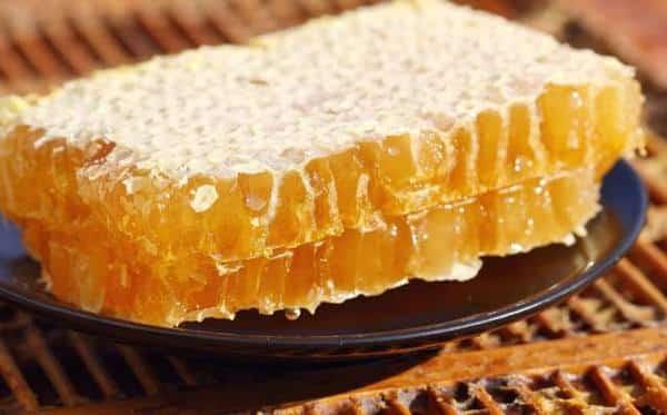 Sáp ong chứa các chất không chỉ làm rụng lông mà còn giúp làn da trở nên mềm mịn sau khi sử dụng.