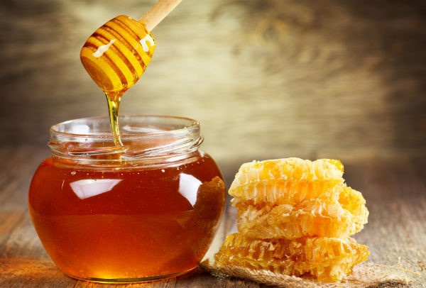 Mật ong giúp cải thiện sắc tố da, làm mờ vết thâm, giúp làn da tươi sáng và mịn màng tự nhiên.