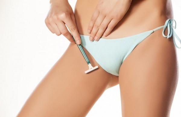 Để loại bỏ lông, có rất nhiều chị em đã áp dụng phương pháp tự nhiên tại nhà như sử dụng dao cạo lông.