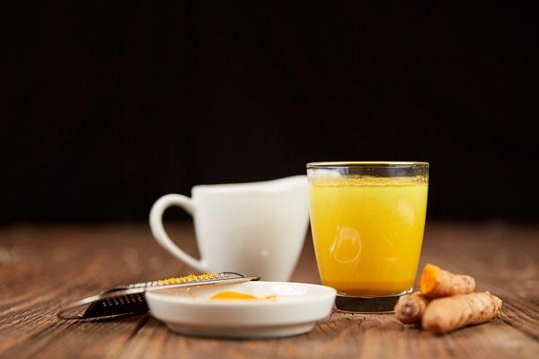Kết hợp nghệvà sữa chua sẽ giúp loại bỏ tàn nhang nhanh chóng, đồng thời nuôi dưỡng làn da sáng mịn.
