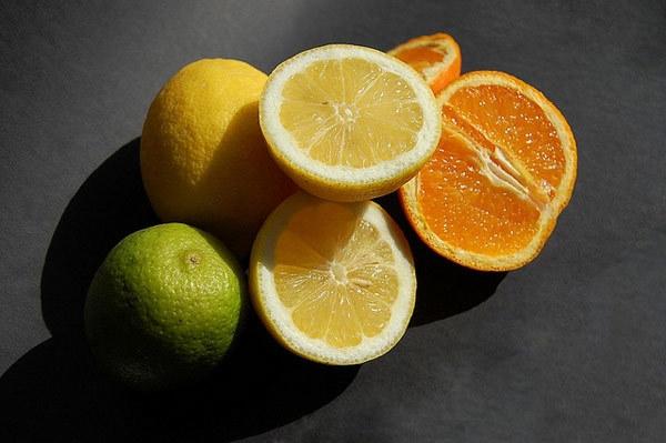 Hỗn hợp nước chanh và cam nuôi dưỡng làn da khỏe mạnh từ sâu bên trong mà không gây kích ứng làn da nhạy cảm.