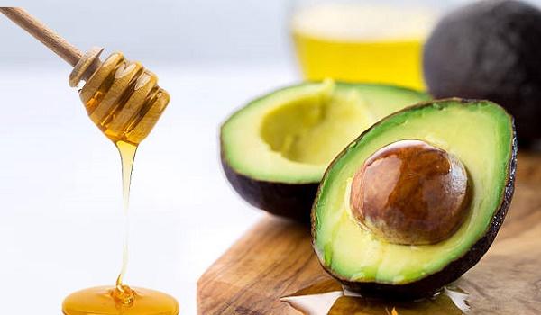 Mặt nạ từ mật ong kết hợp bơ rất lành tính nên có thể sử dụng cho mọi loại da mà không gây kích ứng.