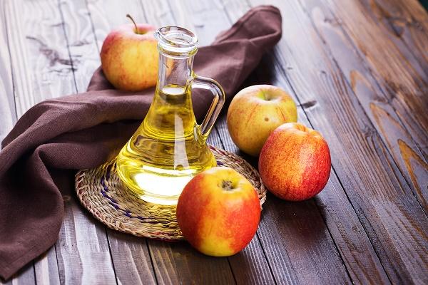 Cách trị rạn da bằng dầu oliu với giấm táo giúp làm mờ vết rạn da nhanh chóng.