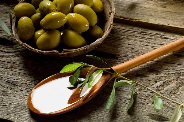 Mặt nạ dầu oliu với bột cà phê giúp loại bỏ vết rạn da, đồng thời dưỡng da sáng mịn tự nhiên.