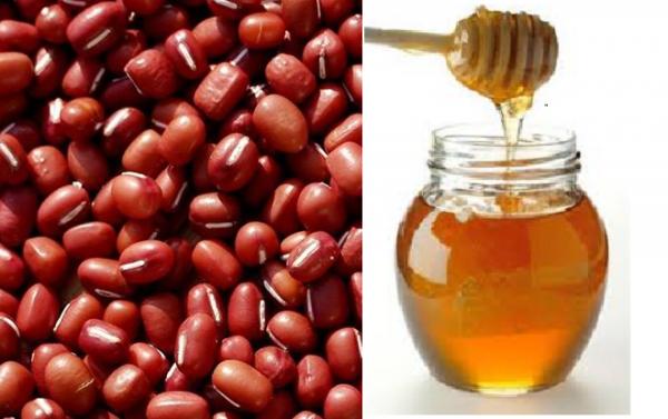 Mặt nạ từ bột đậu đỏ kết hợp mật ong giúp dưỡng da sáng mịn, cải thiện vết thâm hiệu quả.