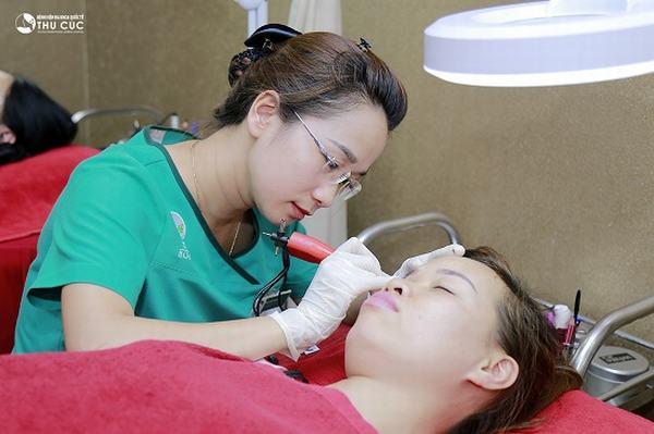 Kỹ thuật phun mí mắt sử dụng mực phun cao cấp được nhập khẩu từ Hàn Quốc với chiết xuất 100% từ thảo dược thiên nhiên.