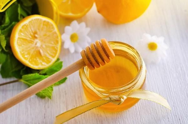 Sử dụng mật ong kết hợp với nước cốt chanh được các chị em áp dụng rất phổ biến ngay tại nhà vì an toàn, dễ thực hiện.