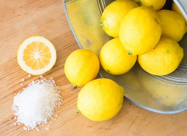 Chanh có chứa thành phần axit nhẹ và vitamin C có tác dụng tẩy tế bào chết, sát khuẩn và làm mờ vết thâm hiệu quả.
