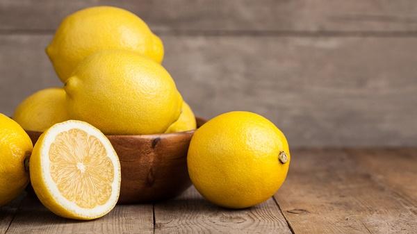 Hỗn hợp chanh và dầu dừa có tác dụng dưỡng trắng da, tẩy tế bào chết tự nhiên, loại bỏ làn da nám.