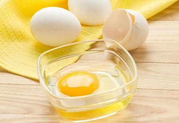 Sử dụng dầu dừa và trứng gà giúp loại bỏ nám da nhanh chóng và an toàn.