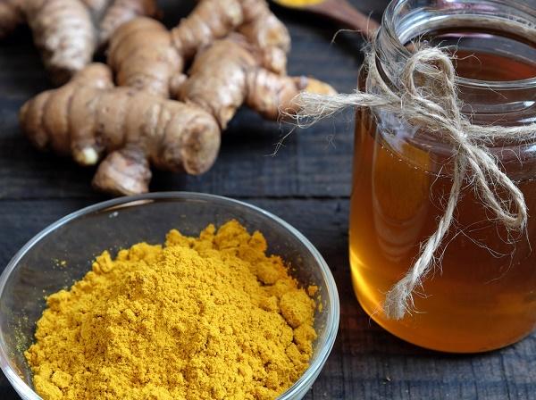 Mặt nạ từ bột nghệ và mật ong giúp loại bỏ nám da an toàn mà không gây tổn thương cho làn da nhạy cảm.