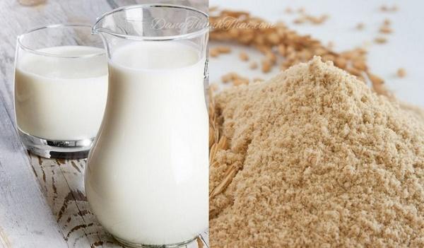 Mặt nạ sữa non và cám gạo giúp loại bỏ tàn nhang hiệu quả, đồng thời dưỡng da sáng mịn tự nhiên.