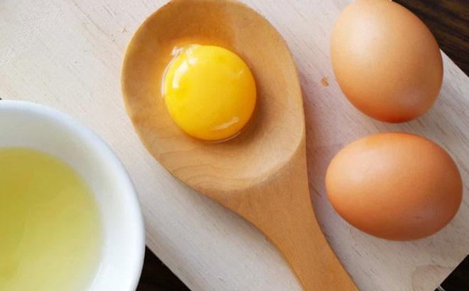 Sử dụng trứng gà triệt lông tay là phương pháp tự nhiên được các chị em áp dụng rất phổ biến.