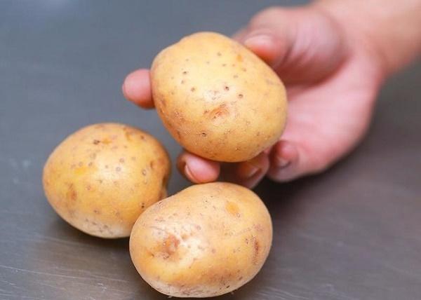 Khoai tây cókhả năng loại bỏ những tế bào chết làm bít lỗ chân lông ngăn ngừa mụn cám hình thành.