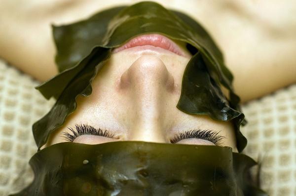 Thành phần dưỡng chất có trong rong biển còn có khả năngloại bỏ tàn nhang, chống lão hóa da.