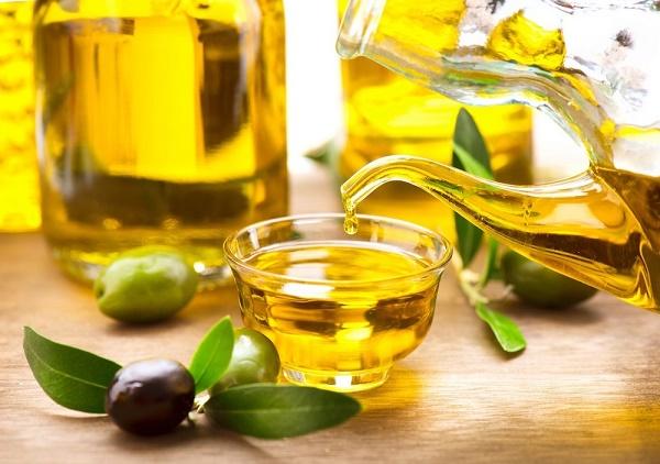 Dầu oliu chứa chất chống oxy hoá và acid béo giúp chống lại các gốc tự do nên sẽ làm căng da chống xệ ngực.