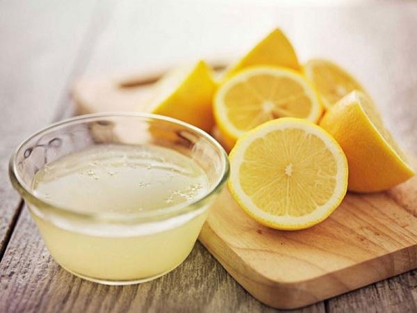 Sử dụng nước cốt chanh là cách phòng ngừa và làm giảm làm hết mụn đầu đen hiệu quả.
