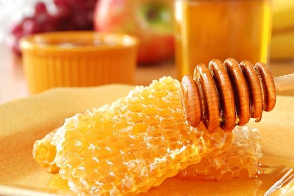 Mặt nạ mật ong có chứa nhiều thành phần dưỡng chất có công dụng ngăn ngừa và trị  mụn bọc.