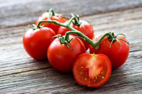 Trị mụn từ cà chua vừa làm mờ vết thâm nám và dưỡng trắng da hiệu quả mà không gây tổn thương làn da.