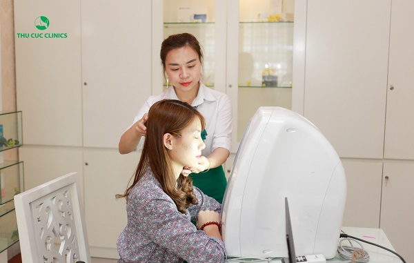 Thu Cúc đang ứng dụng phương pháp trị mụn bằng công nghệ Blue Light hiện đại, giúp loại bỏ mụn hiệu quả.