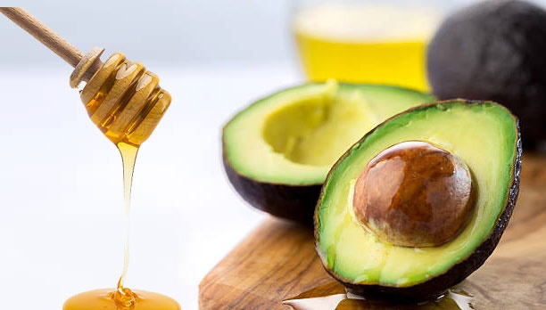 Mặt nạ bơ và mật ong giúp làm trắng da và chống láo hóa làn da vô cùng hiệu quả.