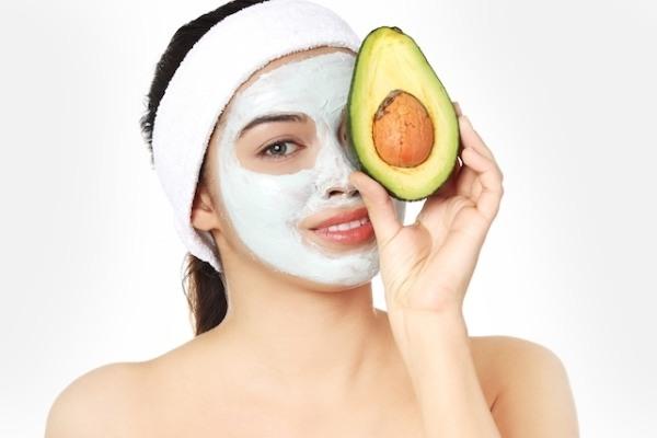 Kết hợp bột yến mạch cùng với trái bơ sẽ giúp nuôi dưỡng làn da khô và tăng độ đàn hồi cho da.