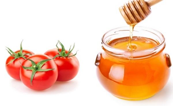 Mặt nạ mật ong và cà chua giúp loại bỏ tàn nhang đồng thời dưỡng da mịn màng và tươi sáng.
