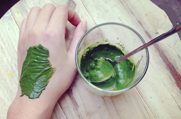 Mặt nạ trà xanh và dưa leo giúp loại bỏ nám da hiệu quả mà không gây kích ứng da nhạy cảm.