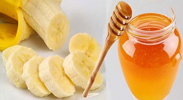 Hỗn hợp chuối và mật ong giúp loại bỏ tàn nhang nhanh chóng đồng thời dưỡng da mịn màng và tươi sáng.