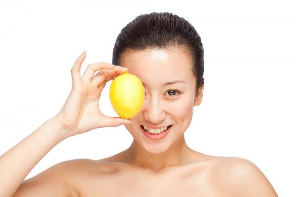 Nước cốt chanh chứa nhiều axit tự nhiên có tác dụng làm trắng da, đồng thời làm mờ các vết thâm nám hiệu quả.
