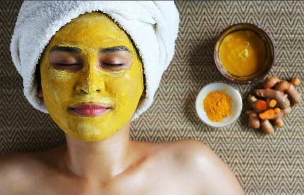 Không chỉ giúp làm trắng da mà mặt nạ bột nghệ còn giúp làm mờ các vết thâm nám rất tốt.