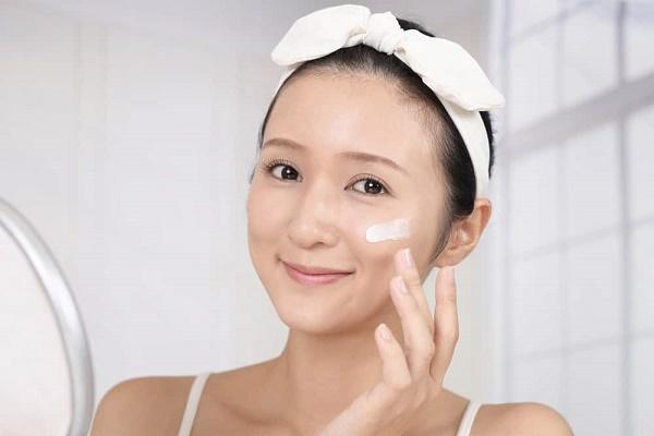 Bạn nên sử dụng kem dưỡng ẩm cho làn da, chú ý sử dụng các sản phẩm kem dưỡng có chiết xuất từ thiên nhiên.
