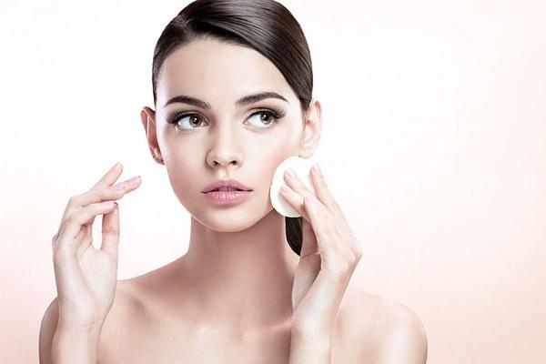 Chị em cần vệ sinh tẩy trang da mặt hàng ngày,có thể chọn các loại nước nước tẩy trang chuyên dùng.