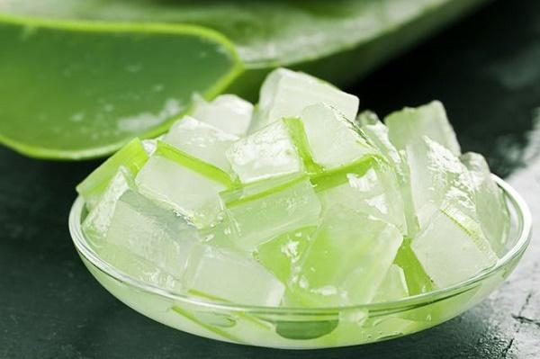 Gel nha đam có chứa các vitamin, khoáng chất và axit amin có tác dụng dưỡng ẩm nhẹ nhàng cho làn da.