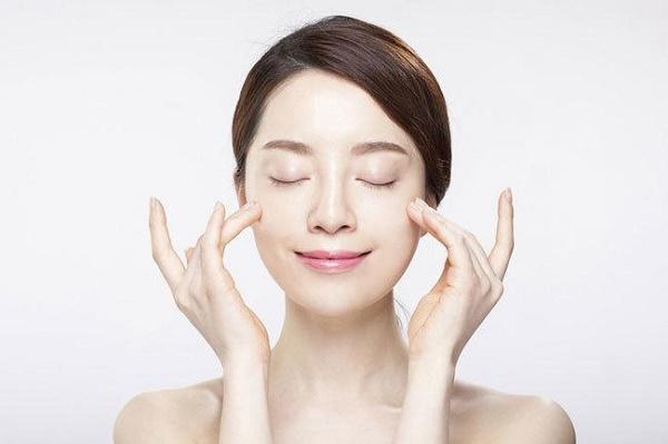 Sử dụng kem dưỡng da hàng ngày giúp làn da luôn tươi trẻ và khỏe mạnh tự nhiên.