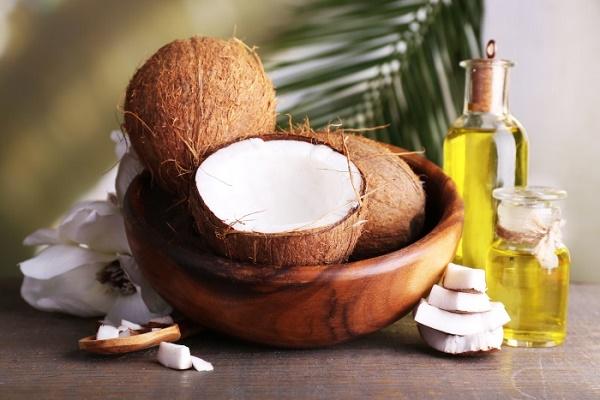 Kết hợp dầu dừa và nước cốt chanh sẽ tạo nên hỗn hợp làm mờ rạn da sau sinh nhanh chóng.