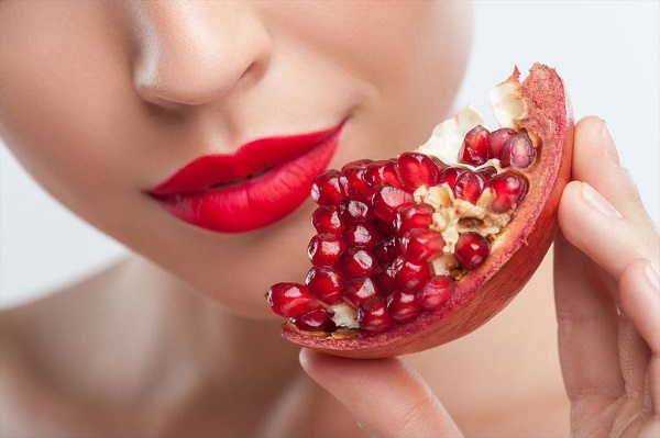 Hỗn hợp quả lựu và dầu oliu sẽ vừa có tác dụng làm trắng da, vừa dưỡng da tươi trẻ từ sâu bên trong.