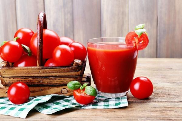 Làm trắng da từ cà chua cũng rất dễ thực hiện ngay tại nhà với chi phí rẻ.